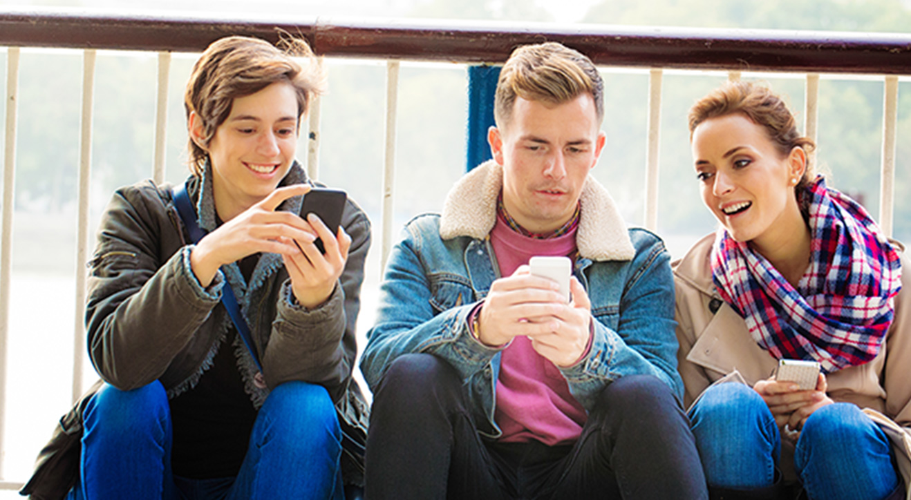 ikadia_reseaux-sociaux_articles_3-jeunes-sur-telephone